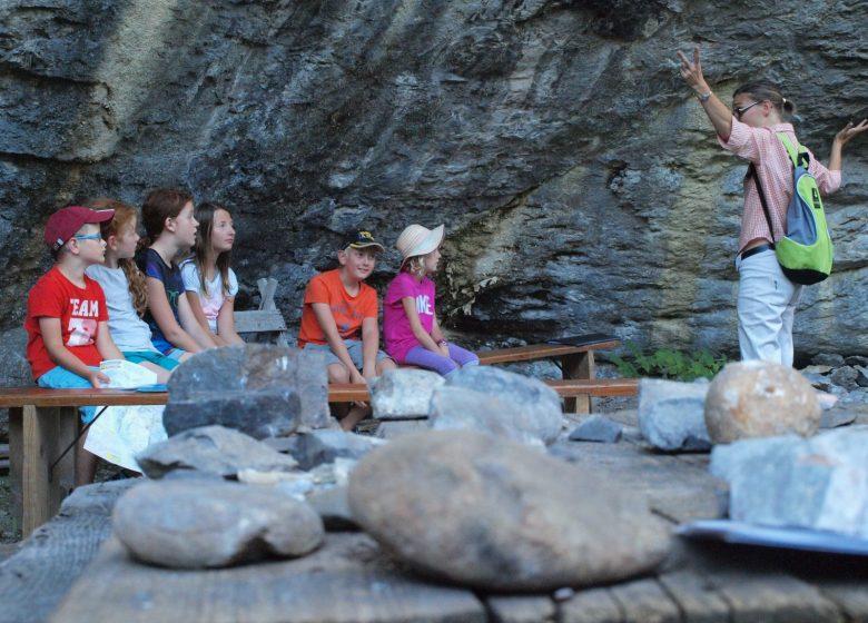 Groupe d'enfants en atelier à l'abri sous roche